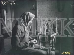 Fotonegatīvs. Dzijas spolēšana Talsu apriņķa Strazdes pagasta Āpju mājās.