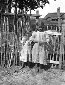Fotonegatīvs. Bērni Rēzeknes apriņķa Stirnienas pagasta Teilānu sādžā.