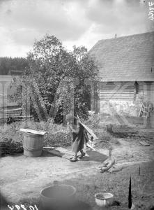 Fotonegatīvs. Meitene ar skaidu nastu uz pleciem Madonas apriņķa Ļaudonas pagasta Jokās.