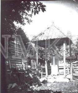 Fotonegatīvs.& Bērni pie krucifiksa Ludzas apriņķa Mērdzenes pagasta Silagaiļu ciemā.