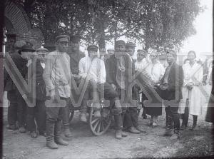 Fotonegatīvs. Ļaužu grupas foto Ludzas apriņķa Mērdzenes pagasta Michalovā Petrova tirgū.