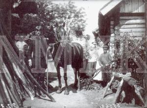 Fotonegatīvs. Latgalietis izrāda pašaudzētu zirgu Daugavpils apriņķa Jasmuižas pagasta M. Snapšu sādžā.