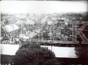Fotonegatīvs. Attāls skats uz tirgus laukumu Daugavpils apriņķa Preiļos.