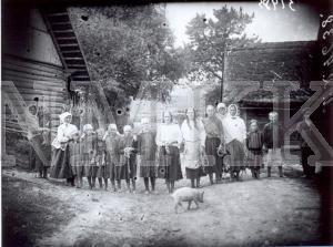 Fotonegatīvs. Sievas un bērni gaida pārnākam no ganībām ganāmpulku Ludzas apriņķa Zvirgzdenes pagasta Biņivas sādžā.