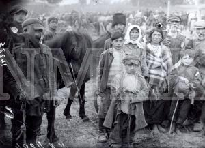 Fotonegatīvs. Čigāni Rēzeknes apriņķa Bukmuižas pagasta Bukmuižas gadatirgū.