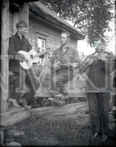 Fotonegatīvs. Muzikantu trio Ludzas apriņķa Nirzas pagasta Nirzas ciemā.