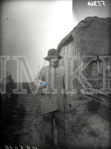 Fotonegatīvs. Saimnieks iet uz pirti Ludzas apriņķa Pasienes pagasta Jasencu viensētā.