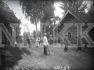 Fotonegatīvs.& Bērni spēlē spēli  Anma Rēzeknes apriņķa Ružinas pagasta Hatku sādžā.