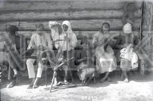 Fotonegatīvs. Ogaiņu ģimene demonstrē dažādas amatu prasmes Rēzeknes apriņķa Vidsmuižas pagasta Ogaiņu sādžā.