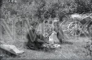 Fotonegatīvs. Latgales čigāni Rēzeknes apriņķa Vidsmuižas pagasta Brisku sādžā.