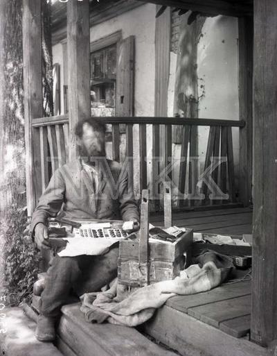 Fotonegatīvs. Apkārt ceļojošs tirgotājs Ilūkstes apriņķa Bebrenes pagasta bijušajā Ilzu muižā.