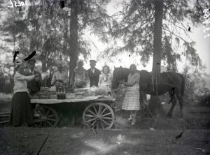 Fotonegatīvs. Improvizēta kapu svētku bufete Cēsu apriņķa Sērmukšu pagastā pie Cieļu kapiem.