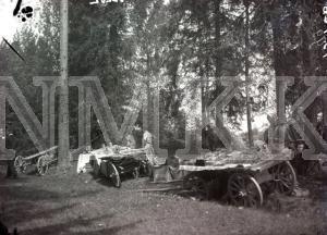 Fotonegatīvs. Kapu svētku tirdziņš Cēsu apriņķa Sērmukšu pagastā pie Cieļu kapsētas.