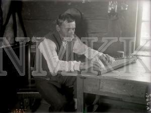 Fotonegatīvs. Kokles spēlēšana Kuldīgas apriņķa Skrundas pagasta Smiltnieku mājās