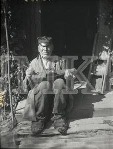 Fotonegatīvs. Cītaras spēlēšana Kuldīgas apriņķa Saldus pagasta Zandaru mājās.