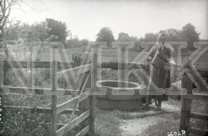 Fotonegatīvs.& Ūdens smelšana no akas Tukuma apriņķa Lestenes pagasta Silagaiļu mājās.