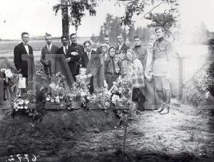 Fotonegatīvs. Bēru aina Daugavpils apriņķa Ungurmuižas pagasta Ratīšu sādžas kapos.