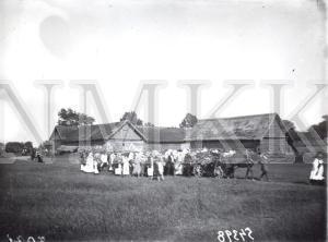 Fotonegatīvs. Bēru aina -& mirušā izvadīšana no mājām uz kapsētu Daugavpils apriņķa Višķu pagasta Tukīšu sādžā.