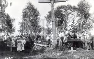 Fotonegatīvs. Bēru aina kapos &Daugavpils apriķa Asūnes pagastā.
