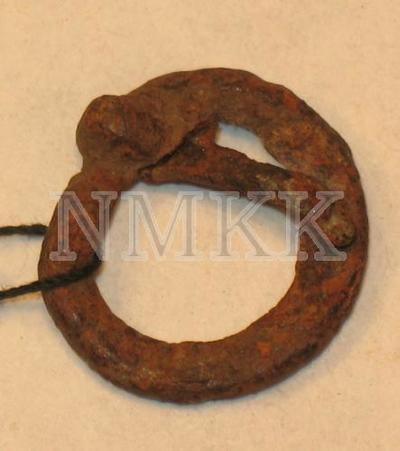 Apaļa sprādze ar zoslu Object-history-note Atrasta pie Daugavas Koknesē