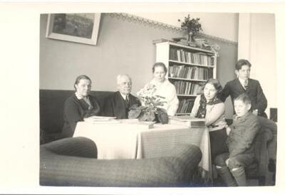 <b>Jānis un Ida Saujiņi kopā ar Luda Bērziņa dzīvesbiedri Minnu Šmitheni-Bērziņu un 3 bērniem></b>