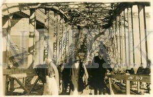 ATKLĀTNE: Gājēji, šķērsojot Cariskās Krievijas 12. armijas 1917. gada augustā saspridzinātā Dzelzceļa tilta pār Daugavu dzelzceļa daļu, Rīga; ATKLĀTNE: Gājēji, šķērsojot Cariskās Krievijas 12. armijas 1917. gada augustā saspridzinātā Dzelzceļa tilta pār Daugavu dzelzceļa daļu, Rīga