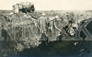 ATKLĀTNE: Vācijas armijas karavīri ierakumos Rietumu frontē, redzams angļu Mark IV tipa tanks ; ATKLĀTNE: Vācijas armijas karavīri ierakumos Rietumu frontē, redzams angļu Mark IV tipa tanks