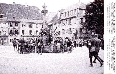 En Alsace libérée: grande place de Masevaux : En famille, après la Revue franco-américaine du 4 juillet 1918
