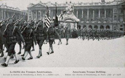 Le défilé des troupes américaines. Devant la statue de Strasbourg, à Paris, le 4 juillet 1918