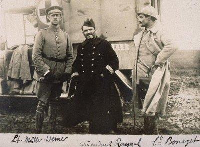 Guerre 1914-1918. Ambulance militaire (TR) : Lieutenant Müller-Werner, Commandant Raynal, Lieutenant Bonazet devant une ambulance militaire