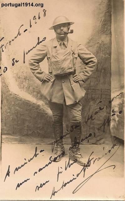 António Joaquim Frausto fardado e com a sua máscara de gás