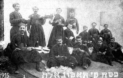 Le Seder des soldats juifs algériens appartenant à un régiment de zouaves dans l'armée française, à Taforalf (Maroc). Ils tiennent la Haggada de Pessah à la main. Il est écrit sur la photographie en judéo-arabe (lettres hébraïques) : Pessah à Taforalt. (Légende de David Cohen)