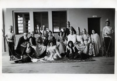 """Ecole de l'Alliance Georges et Maurice Leven à Marrakech (Arset El Maach). Cérémonie de Pourim 5712 (mars 1952). Jeu dramatique : """"Esther"""", interprété par les élèves du Cours complémentaire. """"Le roi Assuérus et sa cour"""""""