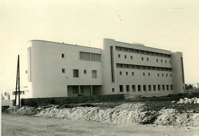 Ecole Normale Hébraïque (ENH). Façade ouest. A gauche : Rez de chaussée, bureaux direction. 1er étage : appartement directeur. 2ème étage : solarium de l'infirmerie. A droite : Sous-sol, buanderie Rez de chaussée : les classes Etages : dortoir avec, au centre, les blocs sanitaires