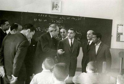 Ecole de garçons Y. D. Semach de Casablanca. Visite en classe. 1er plan : MM. Meyer Obadia, Haïm Zafrani, S. E. le Gouverneur, Danino, Ahouadi (instituteur d'arabe). 2ème plan : MM. Sadki, inspecteur adjoint d'arabe (à moitié caché par M. Obadia), Israël Bennaroch, président de l'A. Scolaire 3ème plan : M. Raphaël Benarroch (vice-président de l'Ittihad-Maroc)