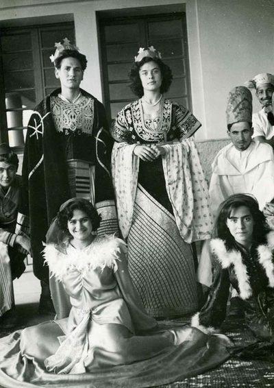 """Ecole de l'Alliance Georges et Maurice Leven à Marrakech (Arset El Maach). Cérémonie de Pourim 5712 (mars 1952). Jeu dramatique : """"Esther"""", interprété par les élèves du Cours complémentaire. """"Le roi Assuérus et la reine Esther"""""""