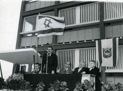Lycée de Tel Aviv. Le Baron Edmond de Rothschild prononçant son discours lors de l'inauguration du lycée. A la droite du Baron : - M. Vizzavona A sa gauche : M. Haïm Levanon, ancien maire de Tel Aviv - M. Zalman Arane, ancien ministre de l'Education Nationale M- M. Jacques Meyer, membre du Comité Central de l'AIU
