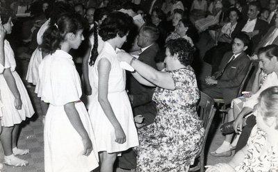 Grande école Ettehad de filles de Téhéran. Fête de fin d'année et distribution des prix. Les invités décorent quelques élèves du lycée de la médaille d'éducation physique, en présence de - Mme Batia Cuenca, directrice - M. Elyassian, grand donateur