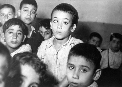 Un cas typique de strabisme qui, s'il n'est pas soigné à temps, conduit à la cécité. [de 823 à 851 : photos du manuscrit MS 747 F : Les Hadarim de Casablanca, une étude des faits —et en images—préparée par le Bureau de l'American Joint Distribution Committee (Casablanca, septembre 1949).]