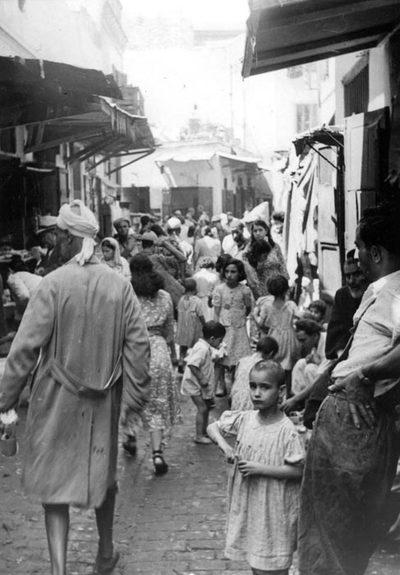 Une rue du Mellah encombrée d'enfants. Pour combien d'entre eux n'y a-t-il ni école ni garderie ! [de 823 à 851 : photos du manuscrit MS 747 F : Les Hadarim de Casablanca, une étude des faits —et en images—préparée par le Bureau de l'American Joint Distribution Committee (Casablanca, septembre 1949).]