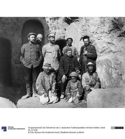 Gruppenportrait: Die Teilnehmer der 3. deutschen Turfanexpedition mit ihren Helfern