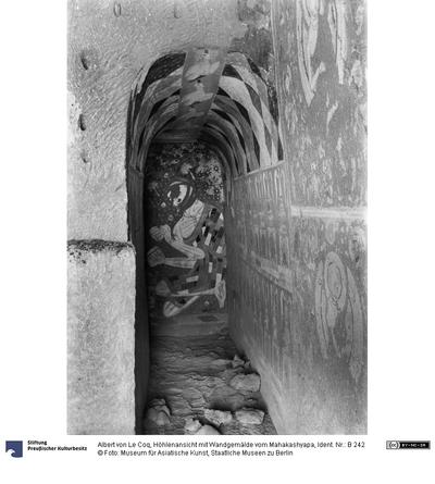 Höhlenansicht mit Wandgemälde vom Mahakashyapa