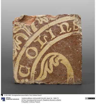 Viertelrondfliese mit Inschrift COLINS