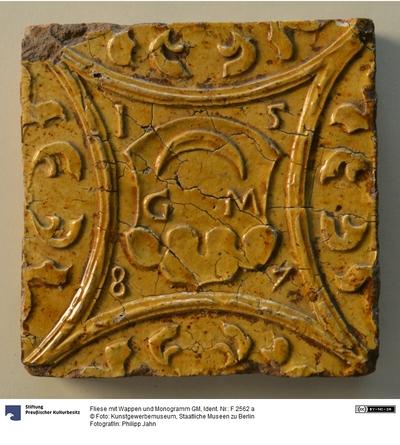 Fliese mit Wappen und Monogramm GM