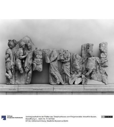 Vorkriegsaufnahme der Platten des Telephosfrieses vom Pergamonaltar: Ankunft in Mysien, Bewaffnung des Telephos, Auszug des Telephos gegen Idas