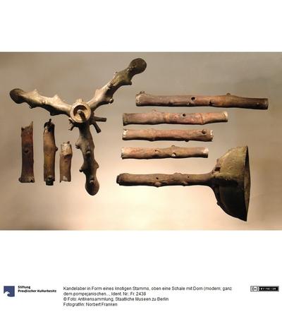 Kandelaber in Form eines knotigen Stamms, oben eine Schale mit Dorn (modern; ganz dem pompejanischen entsprechend)
