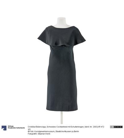 Schwarzes Cocktailkleid mit aufknöpfbarem Schulterkragen
