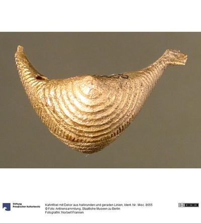 Kahnfibel mit Dekor aus halbrunden und geraden Linien
