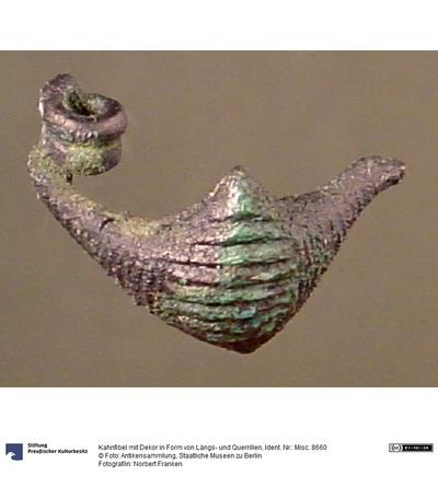 Kahnfibel mit Dekor in Form von Längs- und Querrillen