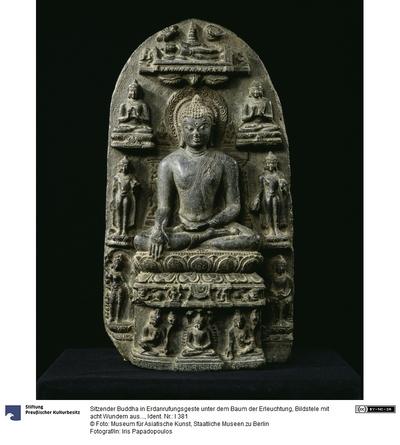 Sitzender Buddha in Erdanrufungsgeste unter dem Baum der Erleuchtung, Bildstele mit acht Wundern aus dem Buddhaleben